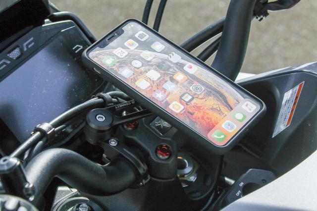画像: ドイツ・SPコネクトのモトバンドル(1万円〜・税別)は、KATANAのセンターφ25.4mmファットバー(ハンドル)にも対応している。スマホも素早くマウントできるものだ。