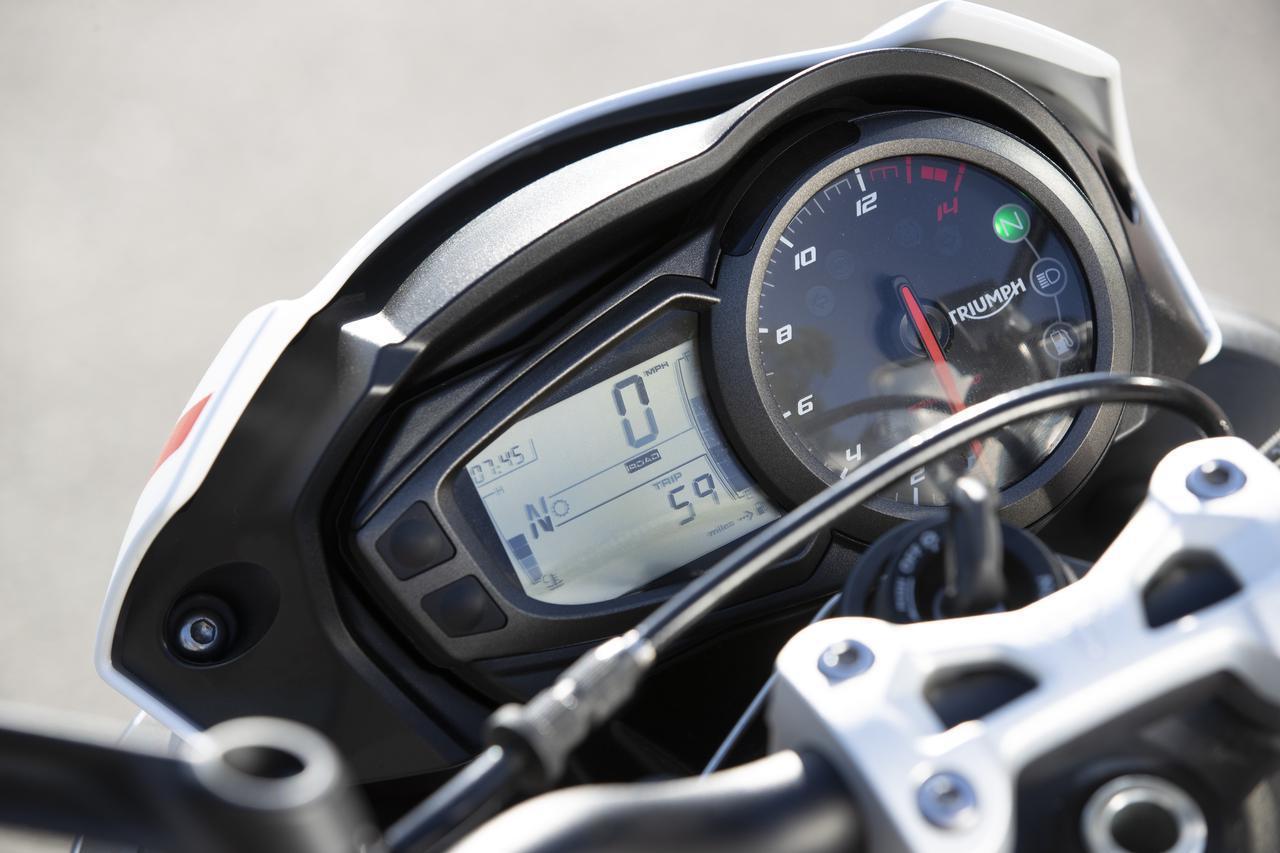 画像: メーターはデジタル・アナログ混合式。2 つのライディングモード(ロードおよびレイン)、スロットルレスポンスとトラクションコントロール設定の調整(LCD ディスプレイ経由)が可能。