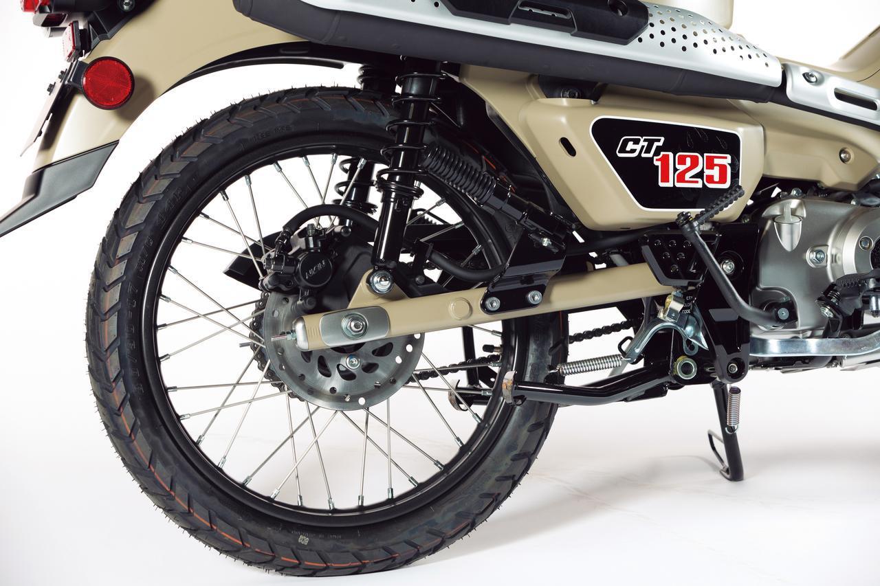 画像: リアのブレーキディスク径はφ190mm。サイドカバーには獣の足跡をイメージさせるグラフィックも入る。タイヤはIRC製。