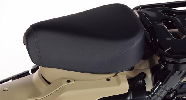 画像: 滑りにくい表皮を採用した肉厚のシート。ロングランやタフな山道でも楽しめる快適な座り心地を確保した造りとなっている。