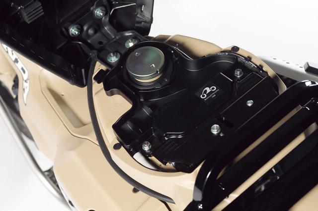 画像: 燃料タンク容量は5.3Lを確保し、行動半径を一層広げてくれる(スーパーカブ C125の燃料タンク容量は3.7L)。ちなみにWMTCモードでの燃費は67.2km/Lだ。
