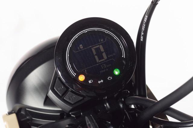 画像: モンキー125のものに近い丸形ケースを採用した反転表示のデジタルメーター。燃料計とツイントリップメーターを表示する多機能タイプだ。