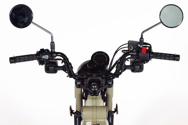 画像: ブラック仕上げのワイドなハンドルバーを採用。快適に走りを楽しめる、アップライトなライディングポジションになっている。