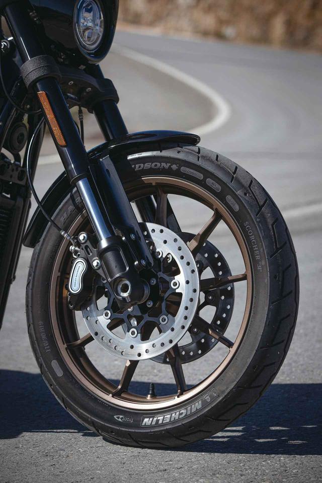 画像: ショーワ製43㎜倒立フロントフォークを採用し、スタンダードと比較して2度キャスター角を立てて、軽快な走りを促す。鋳造アルミニウムホイール採用で、ブレーキはダブルディスクにABSを搭載する。