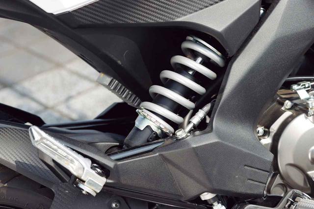 画像: プリロード調整機構つきのモノショックを車体の右サイドにオフセットマウント。スプリング色はシルバーだ。