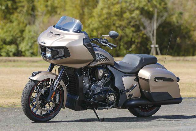 画像: Indian Motorcycle Challenger Dark Horse 総排気量:1768cc 最高出力:122HP/最大トルク:18.15㎏-m/3800rpm 税込価格:364万8000円(ブラック)/368万8000円