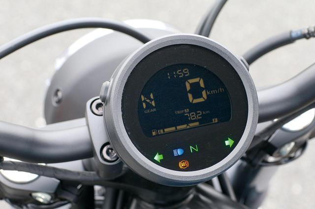 画像: 今回からギアポジションインジケーターを追加装備。燃料計、時計、ツイントリップも合わせ、実用性を一層高めた。