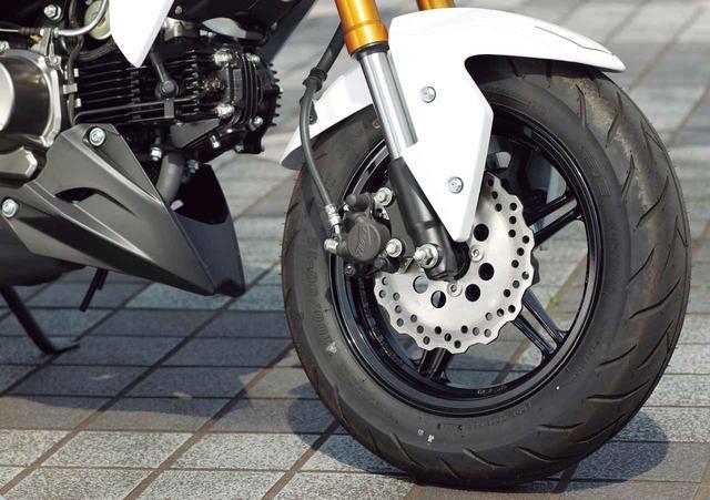 画像: ブレーキはΦ220mm径のペータルディスクに片押しキャリパー。フロントフォークはインナーチューブ径φ30mmの倒立。