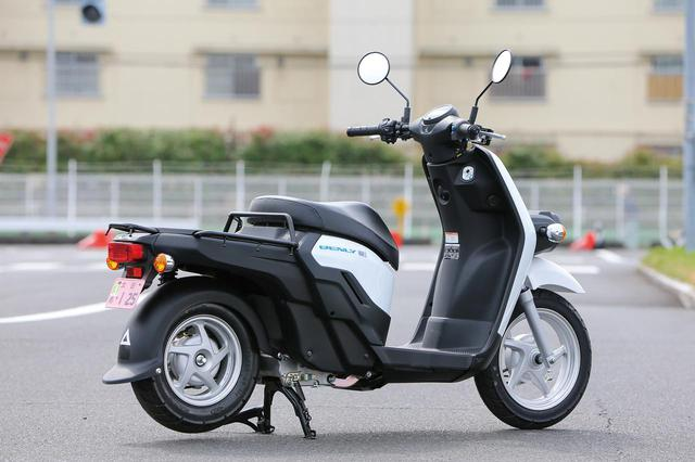 画像: マフラーがないことと6角形デザインのLEDヘッドライト以外、外観はガソリン車のベンリィと同じ。ボディカラーはホワイト。リアの大きな荷台もガソリン車と同様。販売は法人向けのみで、基本セットにはバッテリーパックと充電器が2個ずつ含まれる。