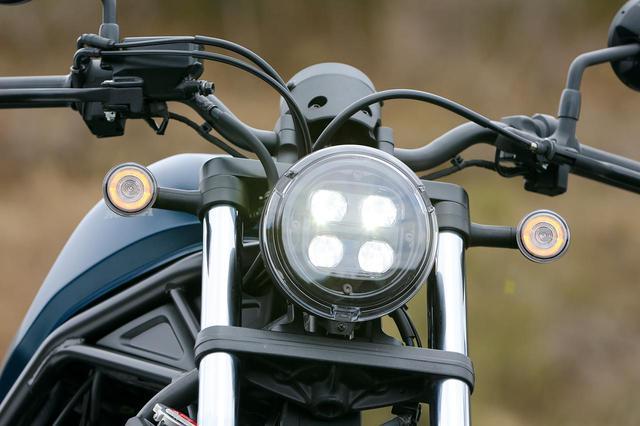 画像: ヘッドライトは上がロー、下がハイビームの4眼LED。ウインカーは従来の電球から、丸く光るポジションつきのLEDに改められている。