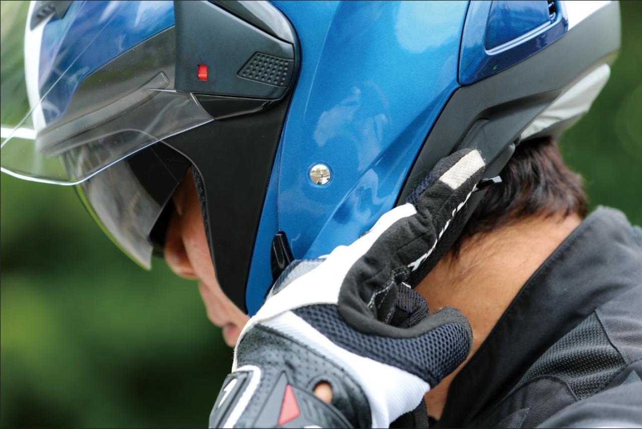 画像: インナーバイザーは帽体の左下部分にあるレバーで瞬時に出し入れできる。グローブをしたままでもまごつかずに操作できた。