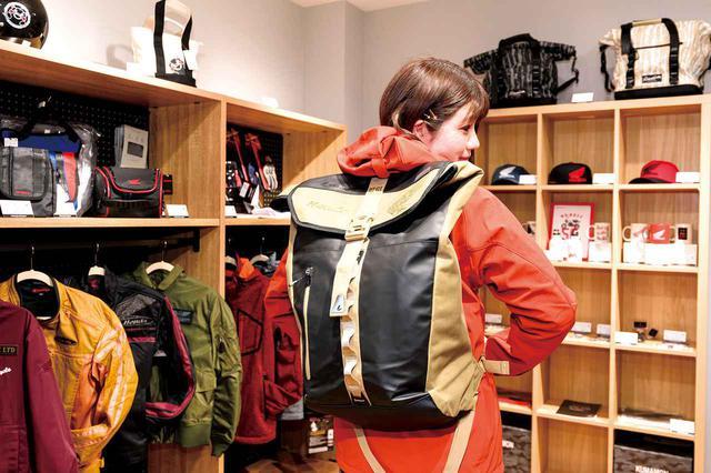 画像: 充実した用品コーナーで、気になるバッグパックをお試しチェック。