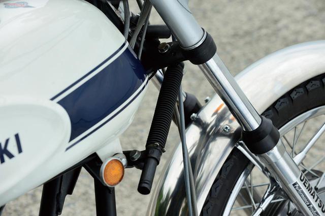 画像: 直進安定性を確保するためのステアリングダンパー。ステム上部にも調整式ステアリングダンパーを備える。