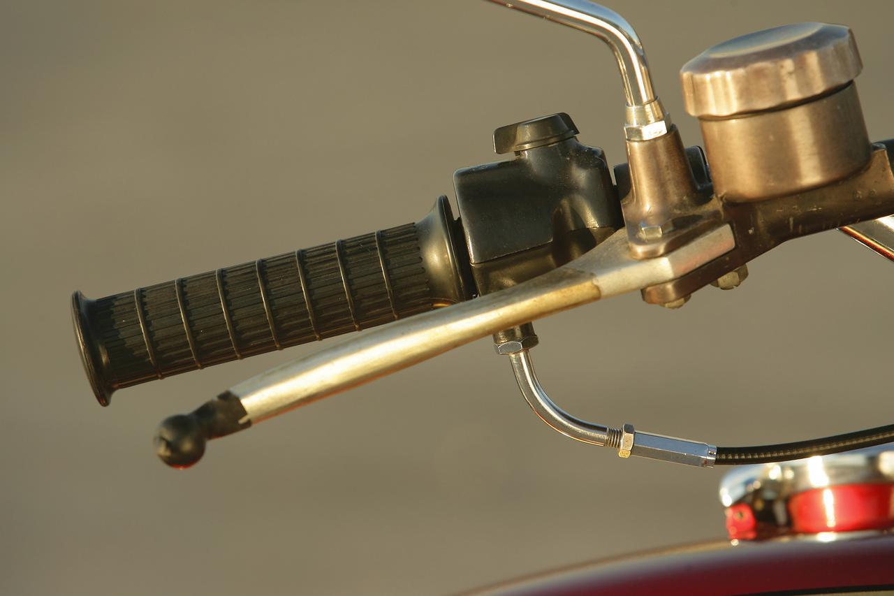 画像: K0の特徴のひとつである一本引きのアクセルワイヤー。ディスクブレーキはトキコ製ユニットだ。