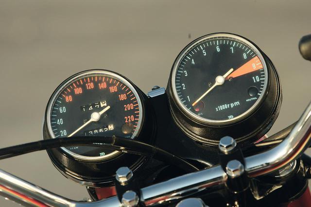 画像: K0だけが240㎞/hスケールのスピードメーター装着。タコメーターもK1以降は8000rpmからレッドとなるが、K0では8500rpmから。