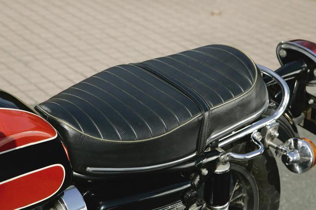 画像: タックロール式のブラックダブルシートはスプリングを内蔵した豪華仕様。W1スペシャル後期型から受け継いだ。