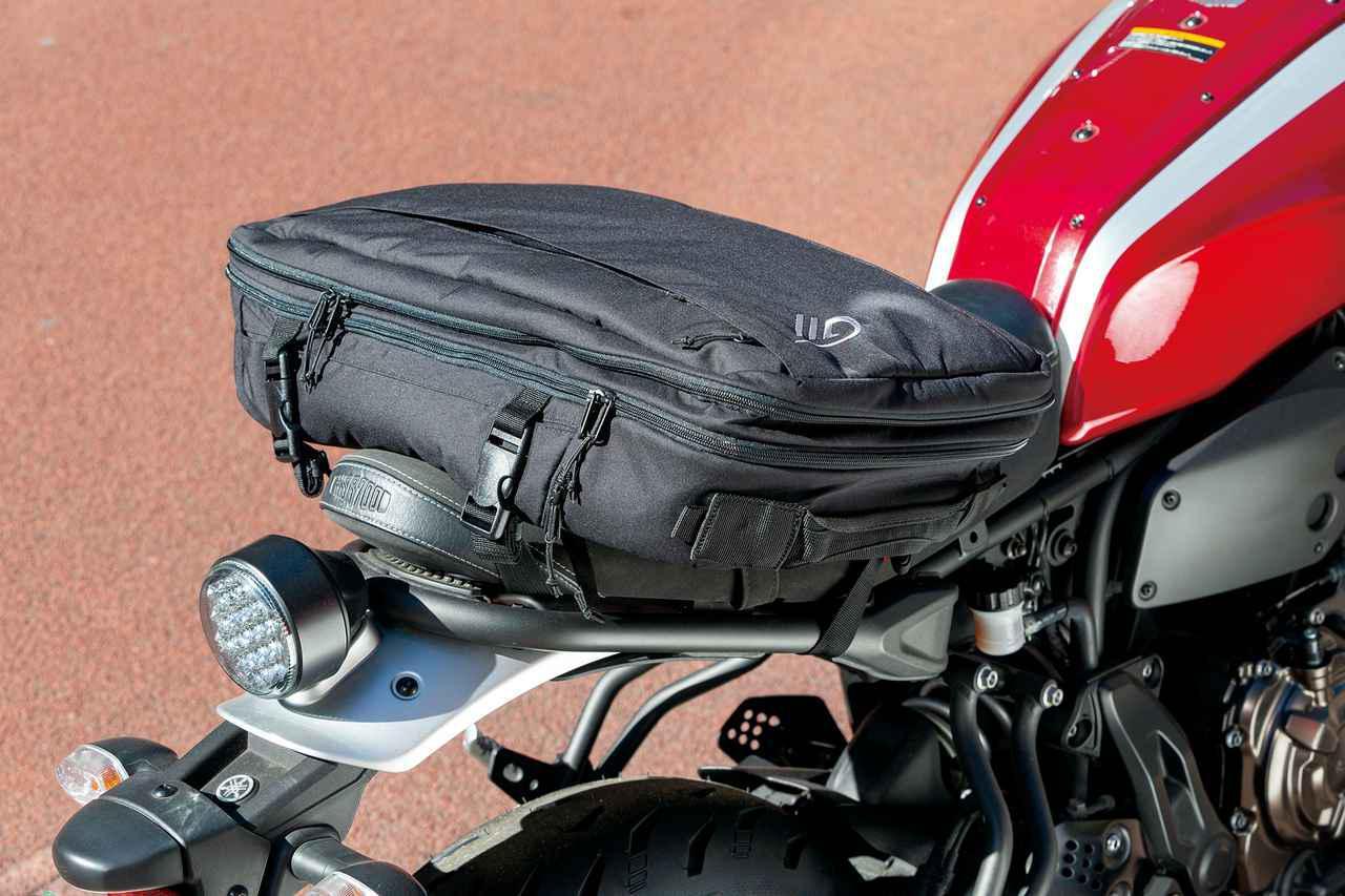 画像: 付属のXベルトを使えばシートバッグに。走行中はシートに装着しておき、バイクから離れたら背負って移動、という使い分けが可能。