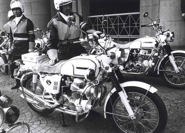 画像: 左の写真は1970年1月20日、東京は桜田門の警視庁前で秦野警視総監出席の元に行われた、新鋭白バイ100台による試走式の模様。当時の白バイ乗りの制服が時代を感じさせる。CB750フォアは主に幹線道路に配置された。
