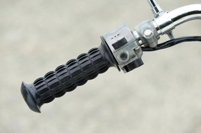 画像: 上からウインカースイッチ、ホーンボタンと並び、一番下がヘッドライトのハイ/ロー切り替えスイッチ。