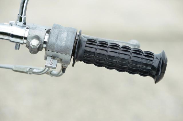 画像: 振動対策のため、高さのあるリブを備えたグリップラバー。ホルダー部にあるのはスターターレバーのみ。