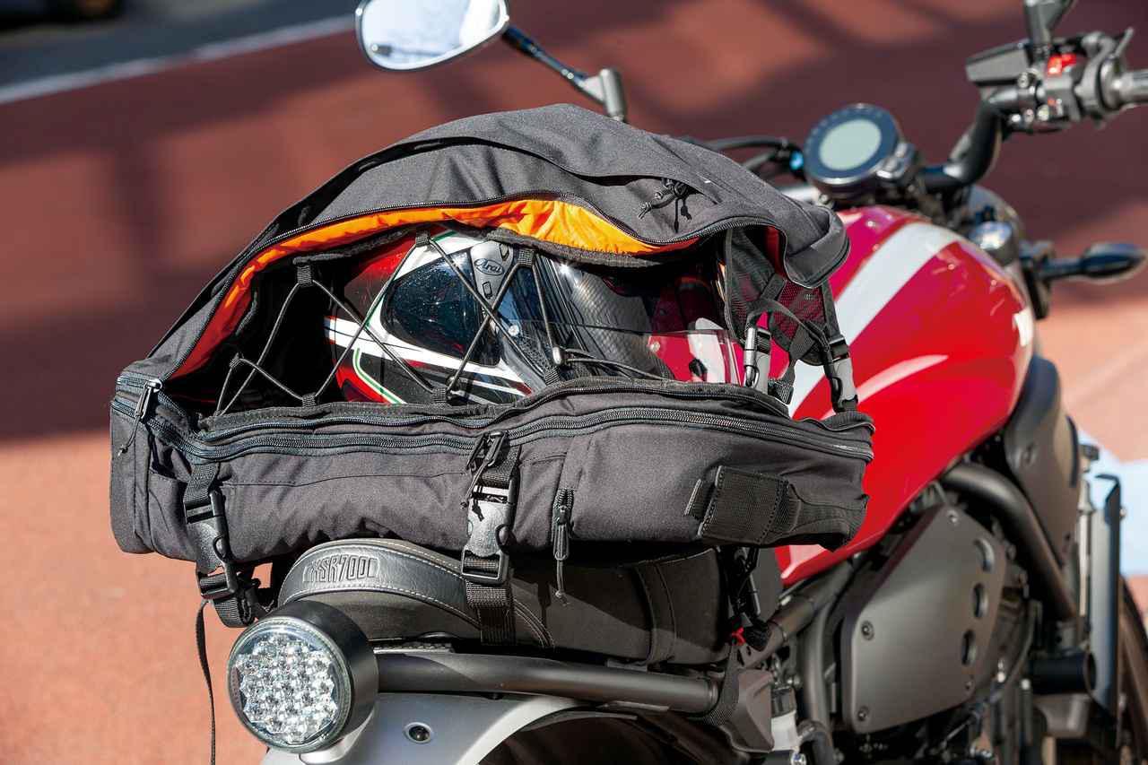 画像: フルフェイスヘルメットが余裕で収まる収納部。立体的にホールドするので落とす心配はない。ジャケットやオーバーパンツも入れておける。