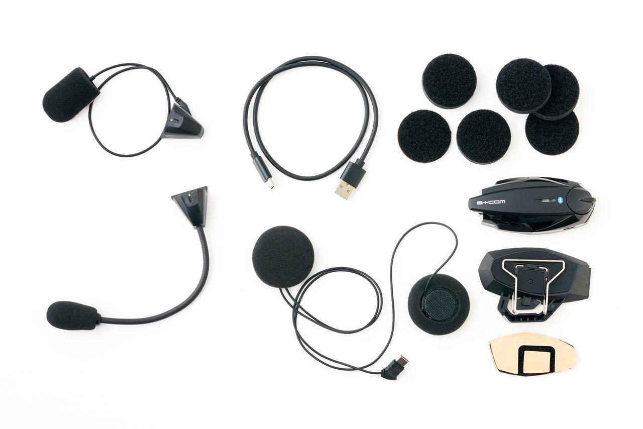 画像: 左上がフルフェイスのチンバー内側に貼り付けるワイヤーマイク。その下のアームマイクはオープンフェイスやシステムヘルメット用。
