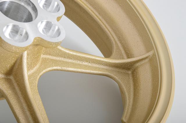 画像: こだわったのは、リムとホイールの接合部に立つ、美しい曲線を描くリブ。この丸みは鋳造品独特のものといっていい。精緻な鋳型製作と、高度な素材流し込み技術の結晶なのだ。