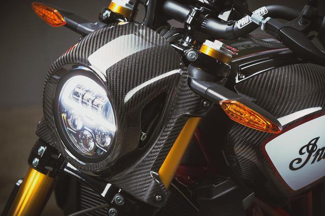 画像: LEDのヘッドライトナセルにもカーボンファイバーで仕上げられています。