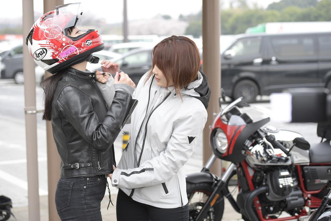 画像: 平嶋夏海ちゃんに、あごひもの確認をしてもらっているところです。
