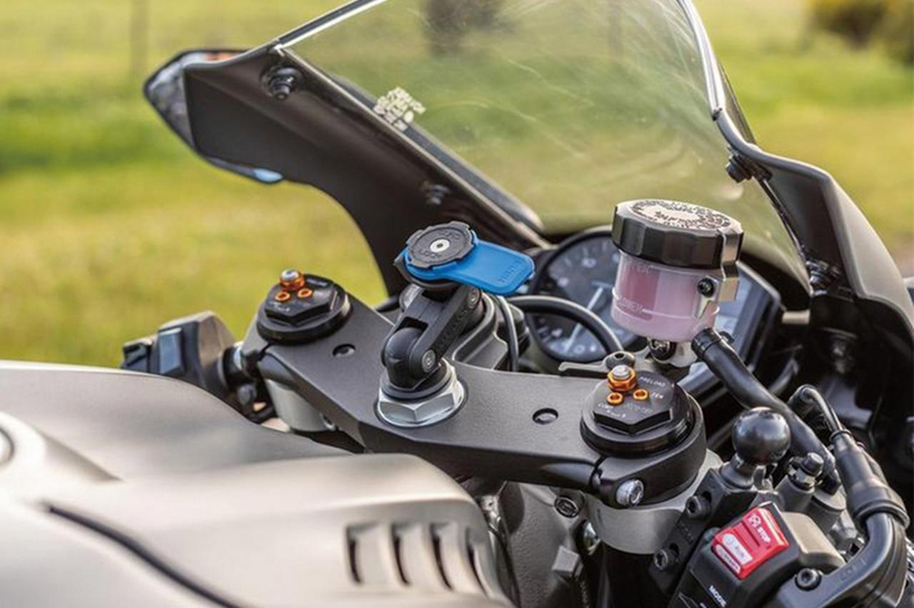 画像: セパレートハンドルのバイクにぴったりなスマホホルダー! クワッドロック「FORK STEM MOUNT」 - webオートバイ