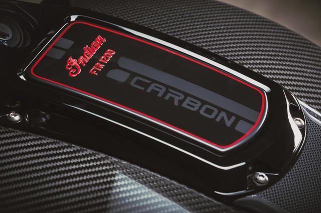 画像1: カーボンファイバーのタンク上部には「CARBON」専用のロゴマークが入っています。