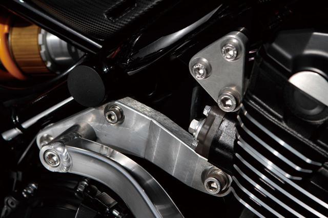 画像2: 素材を吟味された鍛造アルミ材を使用し、エンジン後方の上下ハンガーを製作。これにアルミ角パイプでを連結し(下側のハンガーに)、サイドに回して車体下側のピボット付近で連結している。つまりダウンチューブも実現しているのだ(ノーマルは吊り下げ式フレーム)。