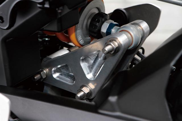 画像: リアショック周りでは、アルミ削り出しのリンクプレートを開発。純正と同じ寸法としつつ、剛性は格段にアップ。この車両のリアショックはオーリンズのフルアジャスタブル。