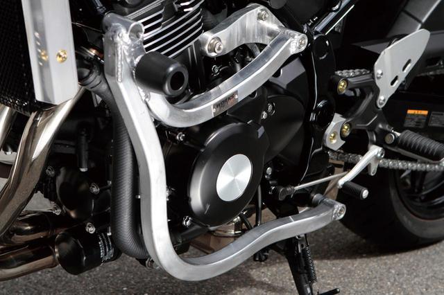 画像1: 素材を吟味された鍛造アルミ材を使用し、エンジン後方の上下ハンガーを製作。これにアルミ角パイプでを連結し(下側のハンガーに)、サイドに回して車体下側のピボット付近で連結している。つまりダウンチューブも実現しているのだ(ノーマルは吊り下げ式フレーム)。