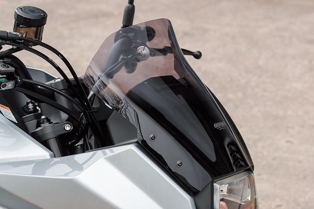 画像: 「MRAスクリーンスポイラー」(1万4300円+税)は長さが純正+30mmの300mmで幅は310mm。上端の沿った形状で走行風を効果的に逃がし、長距離走行での疲労を軽減する。アクリル樹脂製でスクリーンモールも付属。 px.a8.net