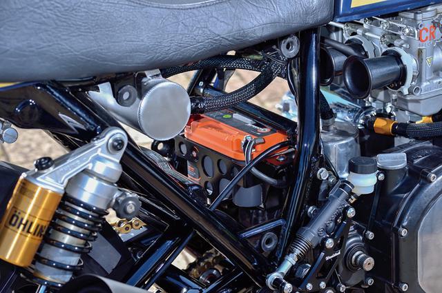 画像: シート下もこの通りにすっきり。バッテリーは内部抵抗の少ないスパイラル極板のAZスパイロン、ケースはモトジャンキーによるオリジナル。