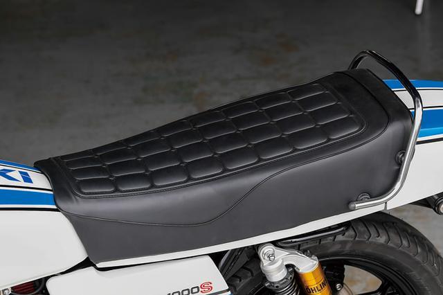 画像: ダブルタイプのシートはノーマル形状/表皮だがインナーから作り直し、ノーマルシートの身体が前に滑る感じも抑えているという。