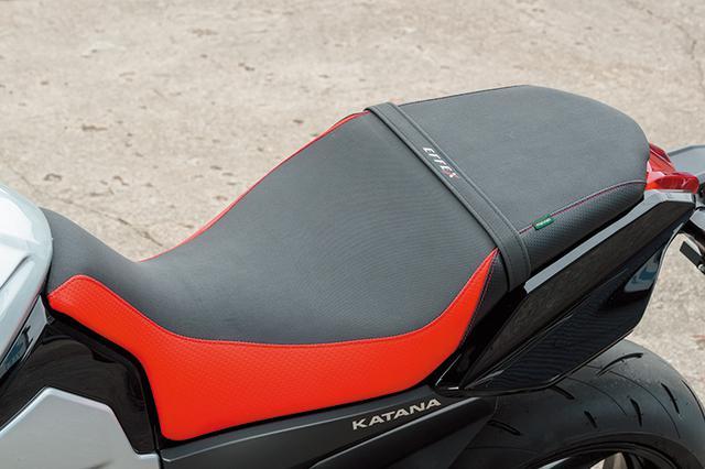 画像: サイドを赤仕上げしたシートはマルナオ製スペシャルだ。ライダー側にはEFFEXゲルザブSを、タンデム側は小さいシート用の同ゲルザブSSをそれぞれ埋め込んでいる。計4万1000円+税。