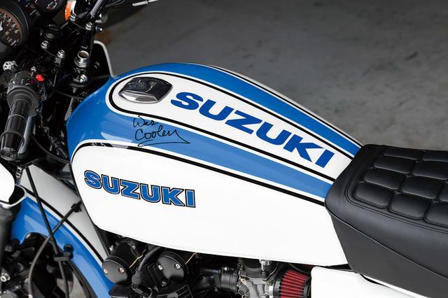 画像: 燃料タンクには当時のAMAスーパーバイクでこの色のヨシムラGS1000Sを駆った本人、ウエス・クーリーのサインも見える。