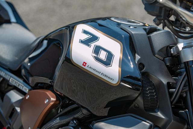 画像: タンクは左右非対称デザイン。「70」ロゴ西谷はスイスの国旗と限定車の文字が。