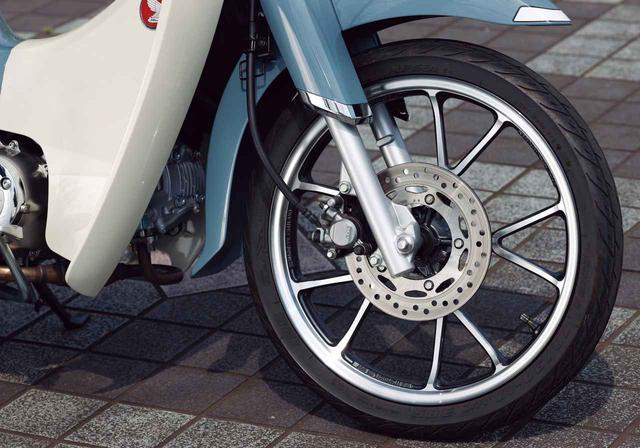 画像: ブレーキはディスク。フロントフォークはスーパーカブ110よりストロークを10mm長くして快適性をアップ。