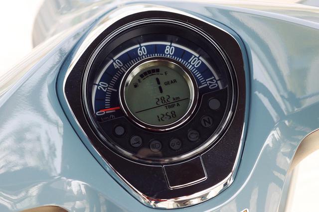 画像: ギアポジションや燃料計などを表示する液晶パネルをアナログ表示の速度計の内側に埋め込んだ、ユニークなデザインを採用。
