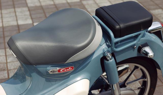 画像: スーパーカブ110よりクッションを厚くしているシート。車体色がブルーの場合はレッドのシートとなる。 ※タンデムシートは純正オプションパーツ
