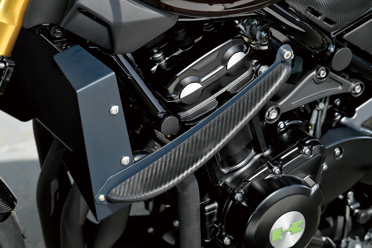 画像: エンジン両横に付けられたサイドウイングはブライトロジックのワンオフ。カスタム作業中にエンジンがシャシーセンターにないと分かり、ウイングの左右への出具合をカラーで調整した。ラジエーターシュラウドも製作。