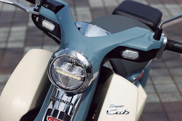画像: 鳥が翼を広げたようなハンドル形状はカブの伝統ともいえる様式美。ウインカーやヘッドライトは全てLEDだ。