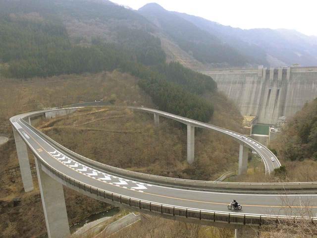画像: 秩父往還ループ橋 自然の地形に合わせて造ったからこそ、こんな形になるんでしょうね。ダムを右に左に見ながら、景色との距離を楽しんで疾走れました。