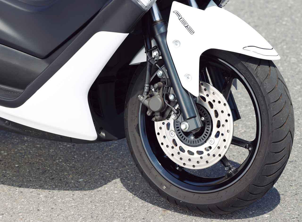 画像: タイヤは前後とも13インチ。フロントは幅広の110サイズで、安定感ある走りに貢献する。ABSも標準装備されている。