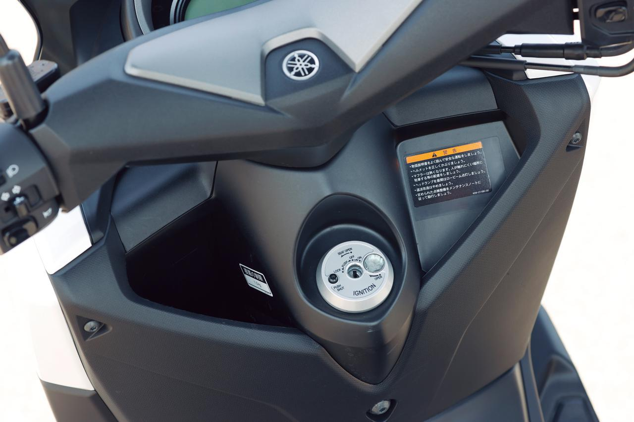 画像: 盗難抑止効果の高いシャッターキーを採用。フロントポケットの左側は深い形状で、500mlのペットボトルも収納可能。