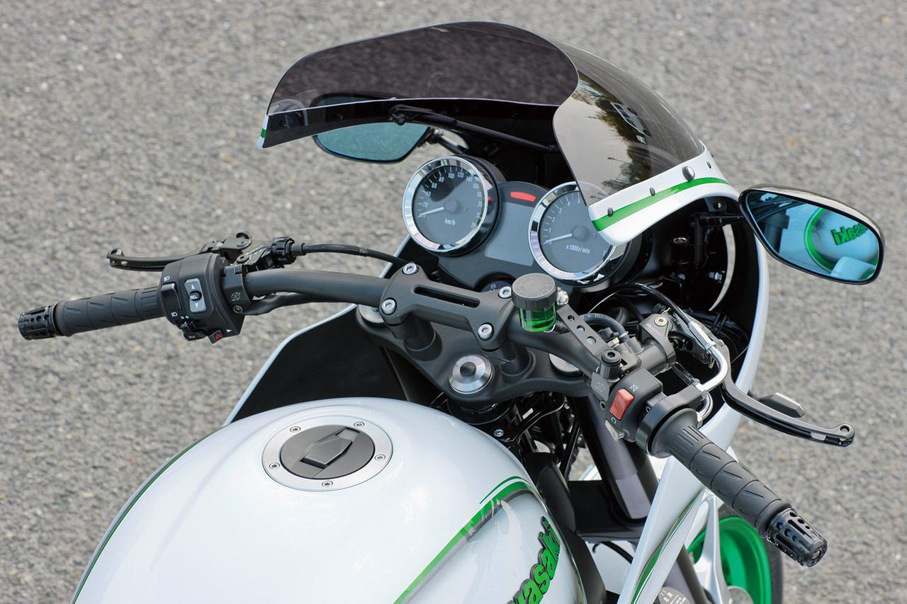 画像2: カフェレーサーカウルキット(Z系適合品で7万9800~8万9800円、各パーツ単品設定あり)はアメリカンドリームのオリジナルパーツ。角型ライト仕様の構想もあるという。スクリーンはスモーク、ミラーはマジカルレーシングのカーボンモノコック、ウインカーはスモールタイプLEDで車検適合。カウルはノーマルのLEDヘッドライトを前に出し、フルボルトオン可能なようにステーも新作(ライト角度の微調整も可能。ラジエーター部やサイド部にもステー基部が設けられる)。ハンドルバーはフラットなアクティブ・ファナティックをチョイス。