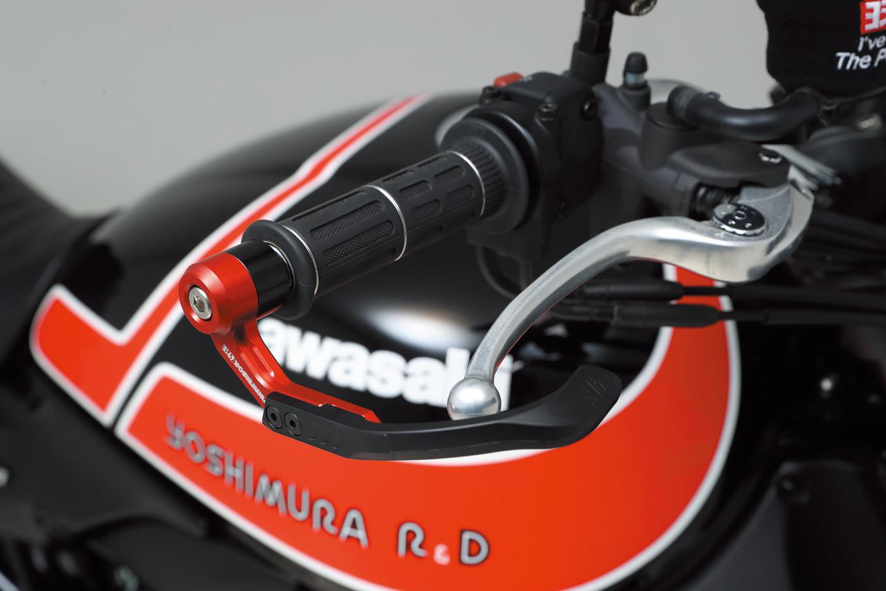画像: 車体側パーツにも触れておこう。Z900RSブレーキレバーガード(1万2000円)はバーエンドから伸びるパーツをアルミから削り出し、先端のヨシムラエンボスロゴ入り樹脂アームの取り付け位置を2ポジション設定できる。